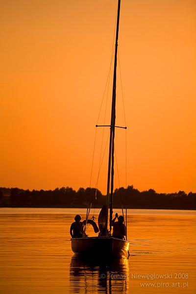 Żaglówka o zachodzie słońca, Mazury