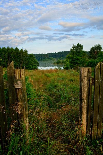 Stara furtka i ścieżka nad jezioro na Mazurach