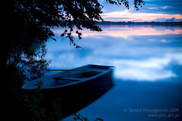 Mazury po zachodzie słońca - łódź wędkarska