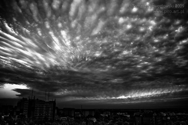 Chmury nad Olsztynem - czarno-białe