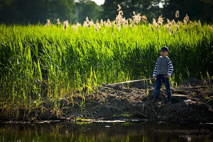 Warmia i Mazury, chłopiec łowi ryby