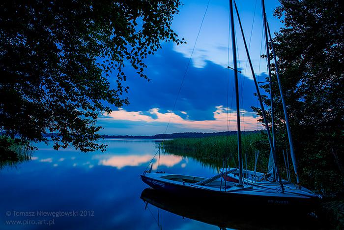 Noc nad jeziorem na Mazurach z żaglówkami