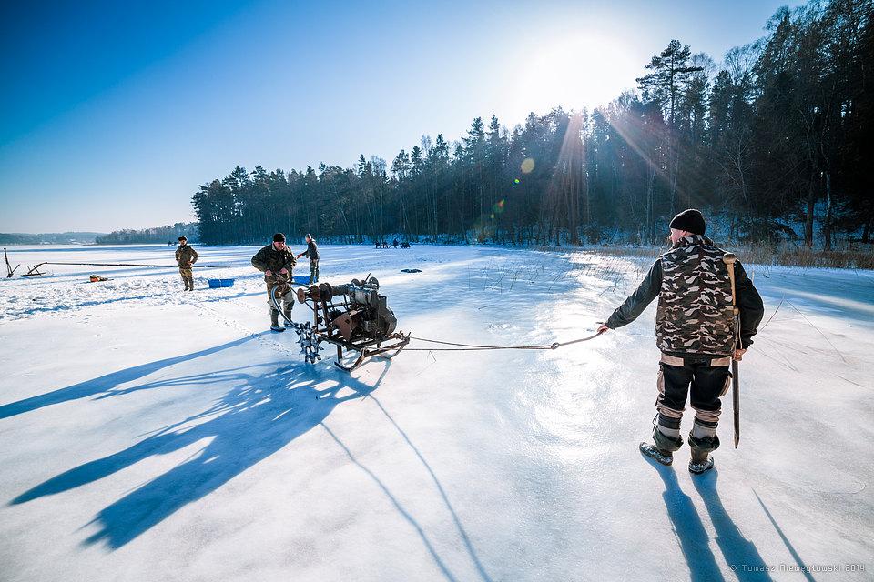 Rybacy jeziorowi zimą, połów podlodowy sieciami