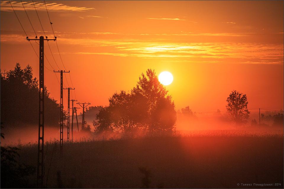 Wschód słońca i słupy elektyczne