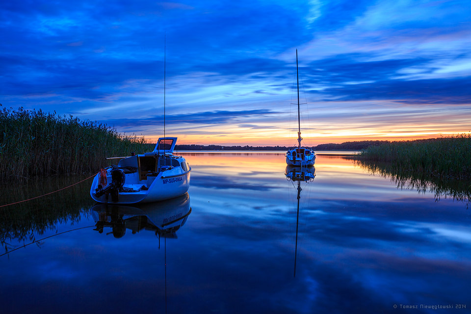 Zatoczka z żaglówkami na Mazurach o zachodzie słońca
