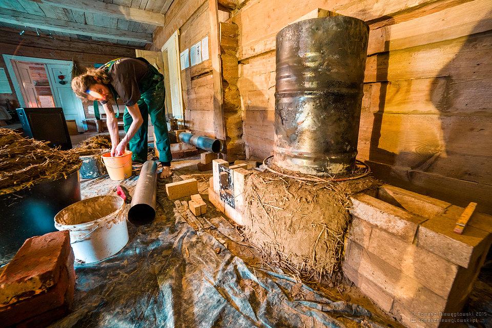 Budowa pieca rakietowego w Lawendowym Muzeum Żywym